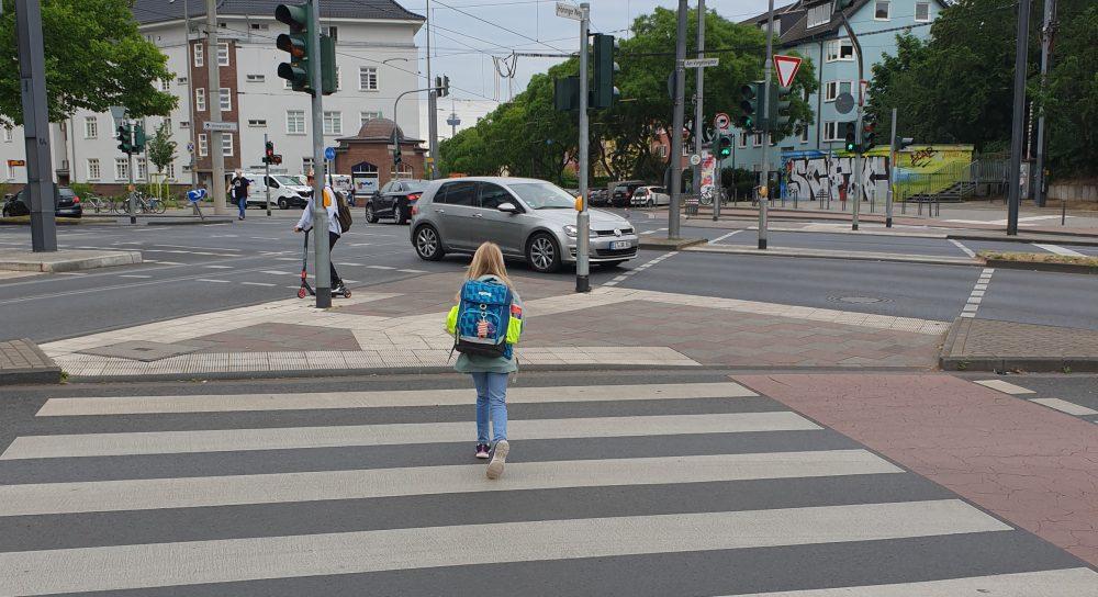 Kind auf dem Weg zur Schule